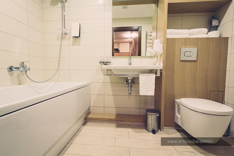 vonios-kambario-baldai-viesbuciams-piolsio-sveciu-namams-tualetas-vonia-praustuvas-internetu